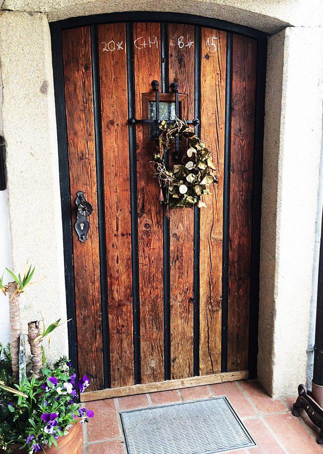 Tür aus Rohholz