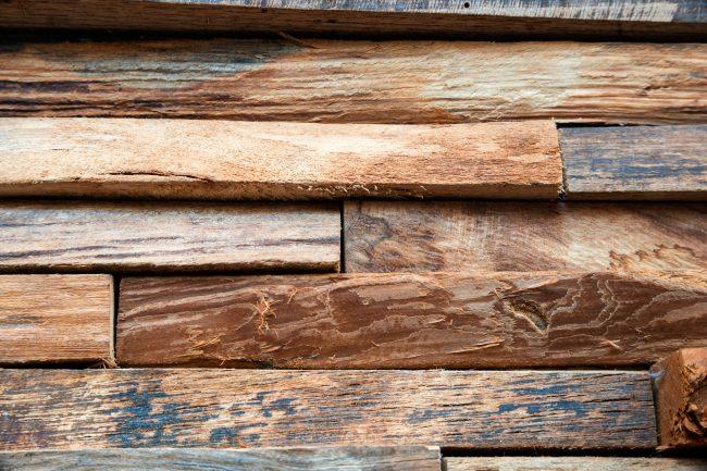 Wandverkleidung aus Rohholz