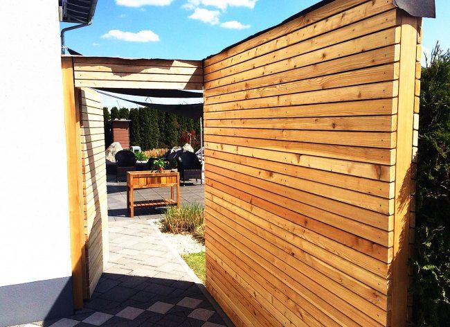Trennwand und Tür aus Holz