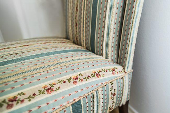 Stuhl mit gesticktem Muster