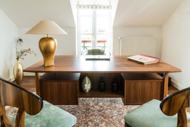 Holztisch mit Stühlen