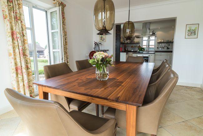 Holztisch und Lederstühle