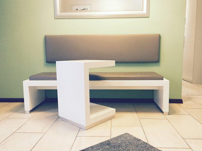 Bank und Tisch für Wartezimmer