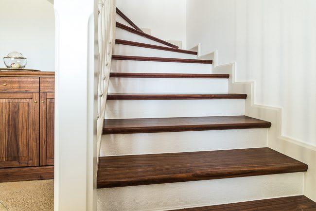 Treppe mit Trittflächen aus Holz