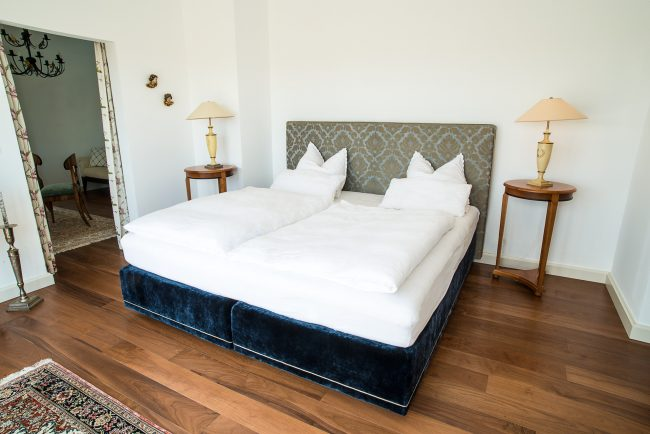 Edles Bett mit gepolstertem Gestell