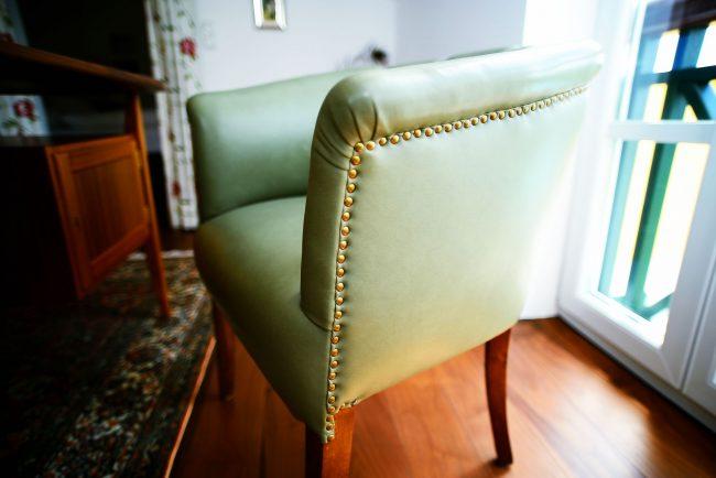 Hochwertiger Sofasessel | Aus grünem Leder | Mit Nieten
