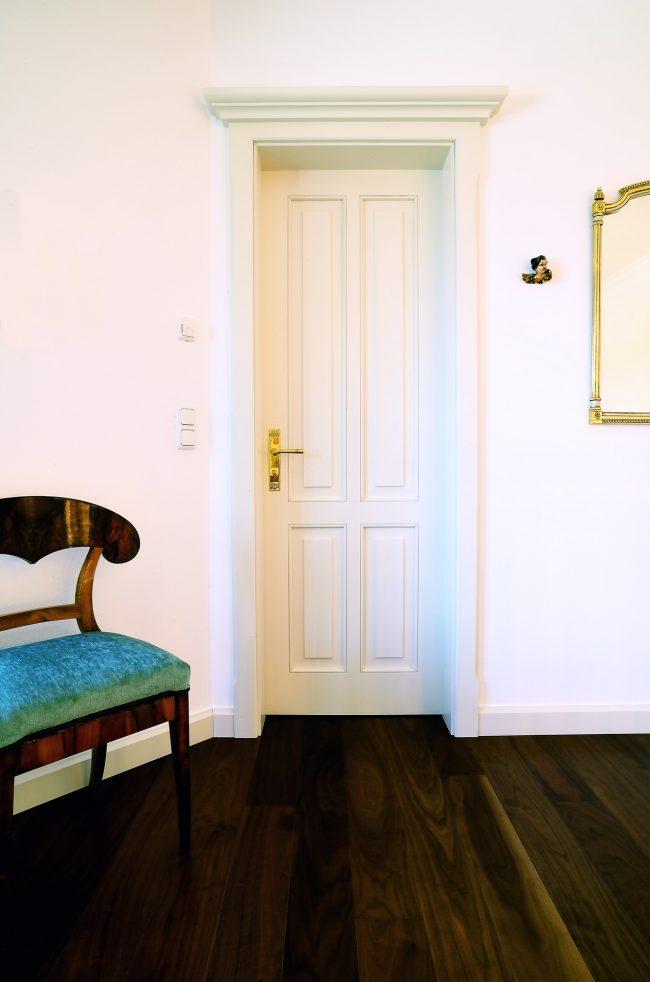 Weiße Zimmertüre aus edlem Holz