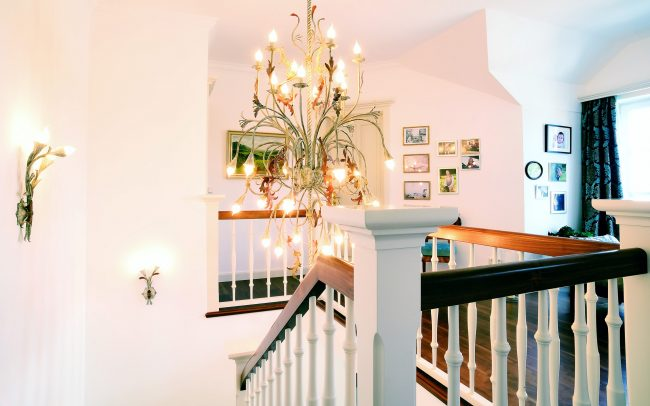 Kronleuchter über Treppenaufgang