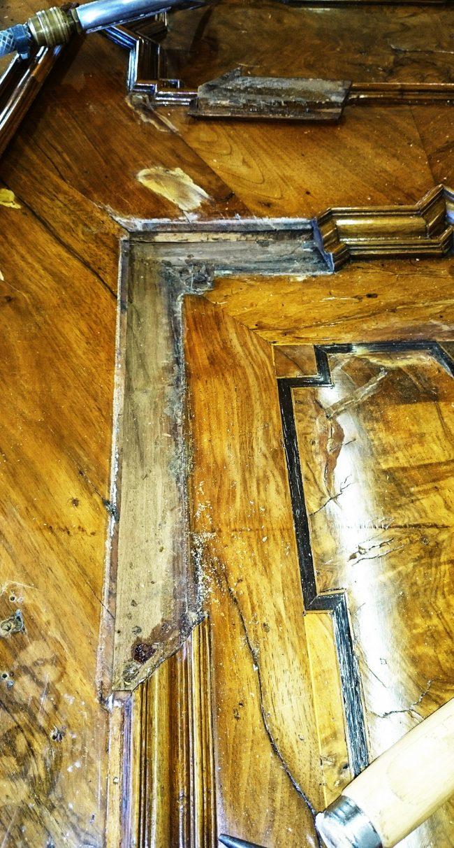 Antike Schränke während der Restaurierung