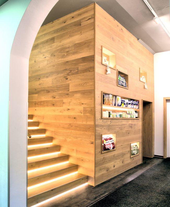 Wandverkleidung eines Treppenaufgangs